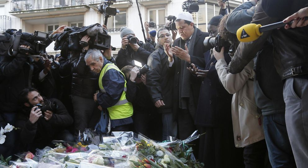 Foto: Un imán reza ante las oficinas del 'Charlie Hebdo'. (Reuters)