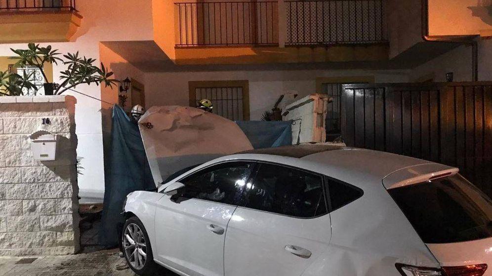 Foto: Muere una mujer de 50 años atropellada por un coche que se estrelló contra una vivienda. (Consorcio de Bomberos de la Provincia de Cádiz)