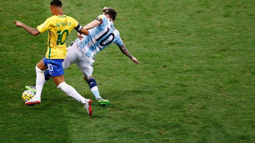 Foto: Neymar y Messi pugnan por un balón durante el Brasil-Argentina. (REUTERS)