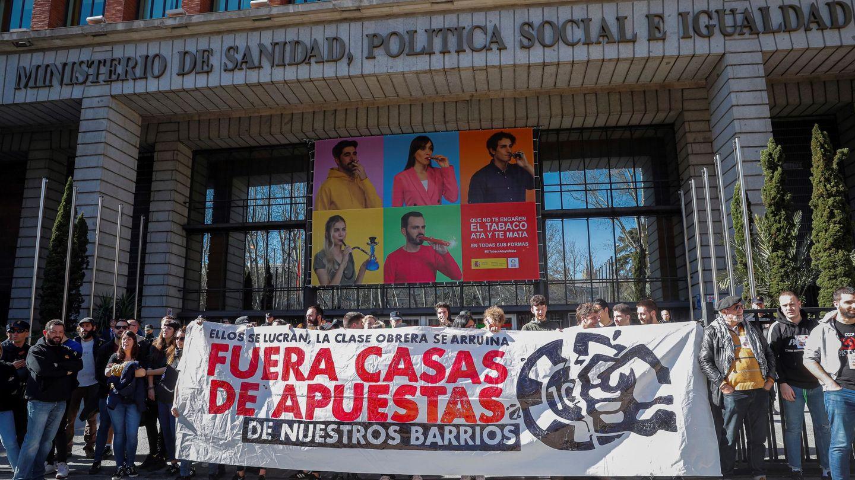 Protestas contra las casas de apuestas frente al Ministerio de Sanidad, Política Social e Igualdad en Madrid, sede de Consumo. (EFE)