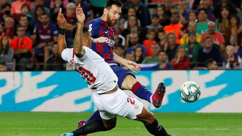Diego Carlos obstaculiza un disparo de Messi. (Reuters)