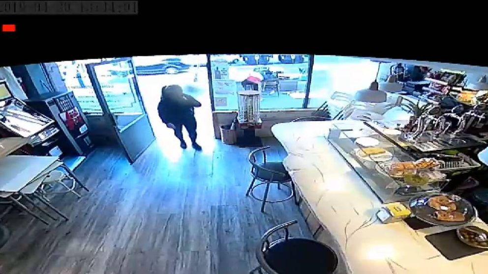 Una mujer roba de un bolso el dinero para pagar el alquiler de un bar