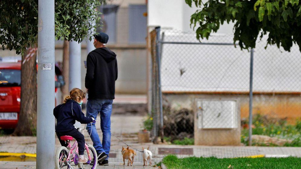 Foto: Un padre junto a su hija y dos perros, en Sevilla. (EFE)