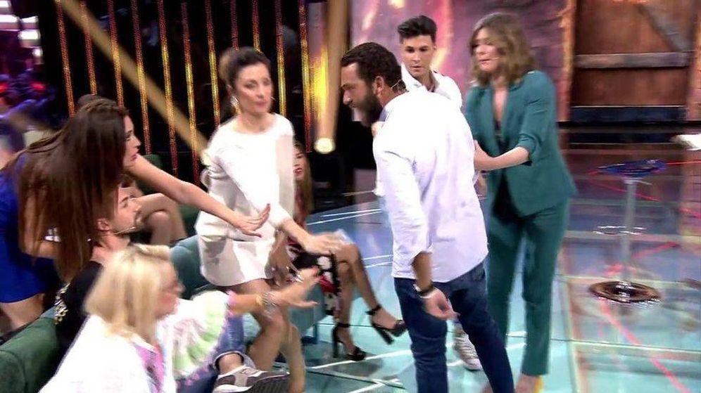 Foto: Alberto Isla, a punto de agredir a Alejandro Albalá en 'Supervivientes 2018'. (Telecinco)