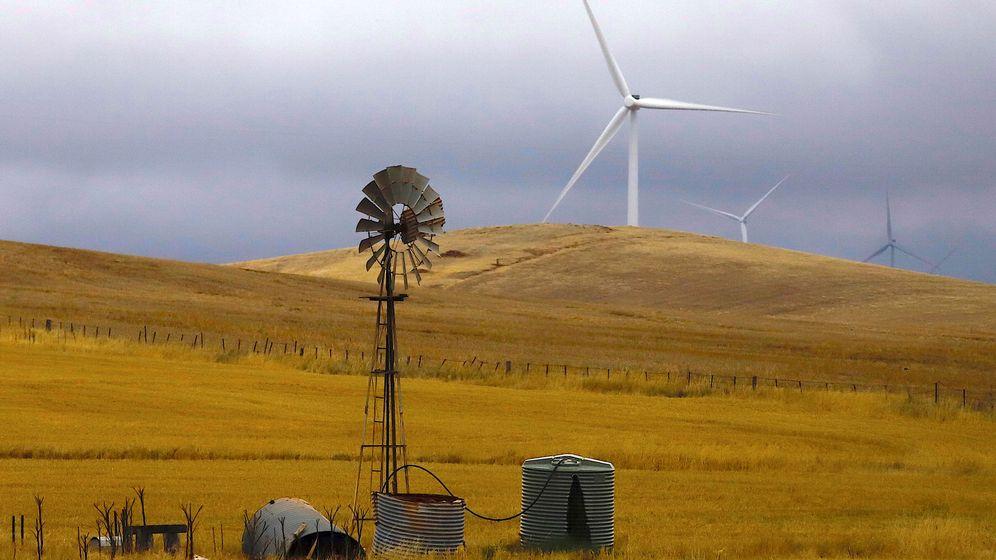 Foto: Una turbina eólica frente a un molinillo antiguo. (Reuters)