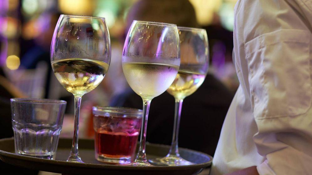 Foto: Un camarero sostiene varias copas. (Pixabay)