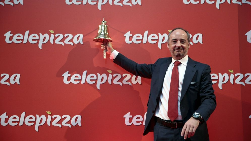 Foto: Pablo Juantegui toca la campana en el regreso a bolsa de Telepizza. (Reuters)