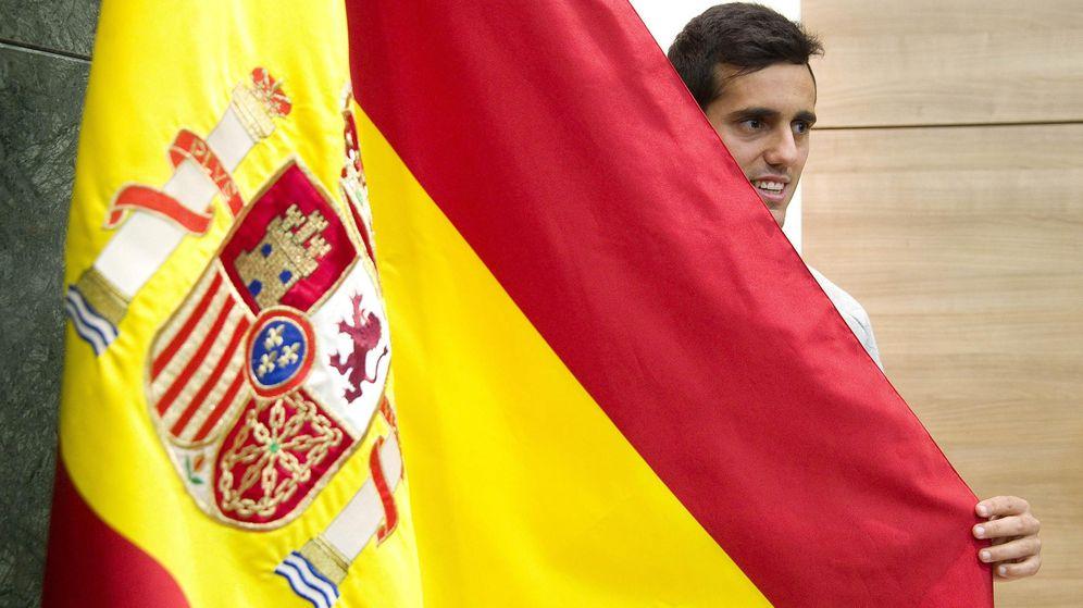 Foto: Juanmi posando este lunes con una bandera española.