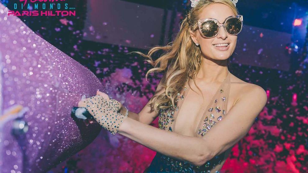 El diseñador que logra que Paris Hilton brille como un diamante en Ibiza