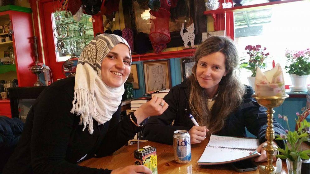 Foto: Sana y Pilar Cebrián en una cafetería de la localidad sueca de Filipstad en mayo de 2016 (Bashir M.)