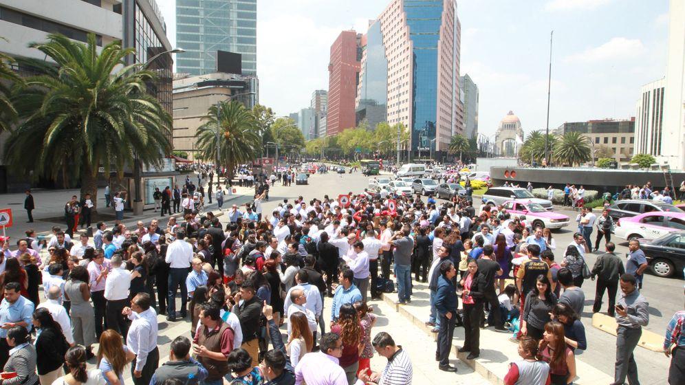 Foto: Miles de personas permanecen en la calle hoy, martes 19 de septiembre de 2017, tras un sismo de magnitud 7,1 (EFE)