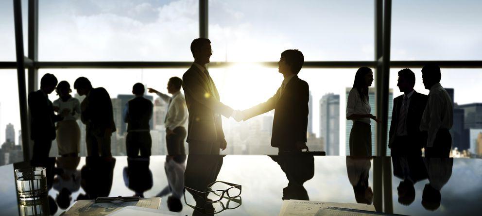 Foto: El dar y el recibir es la base colaborativa que sustenta un buen networking. (iStock)