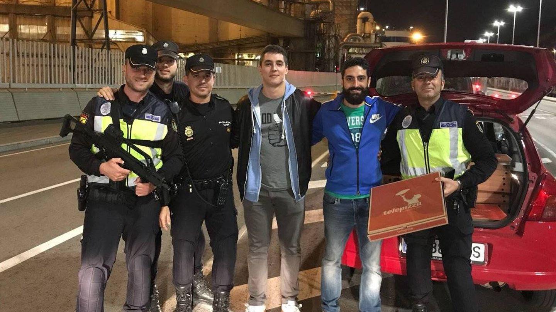 Fotografía de Rafael entregando pizzas en el puerto de Barcelona.