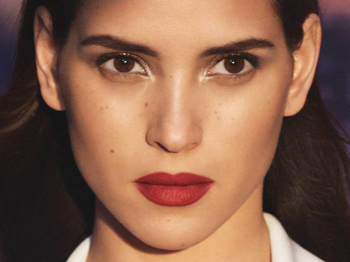 Foto: Adria Arjona, en una campaña promocional de Armani. (Cortesía)