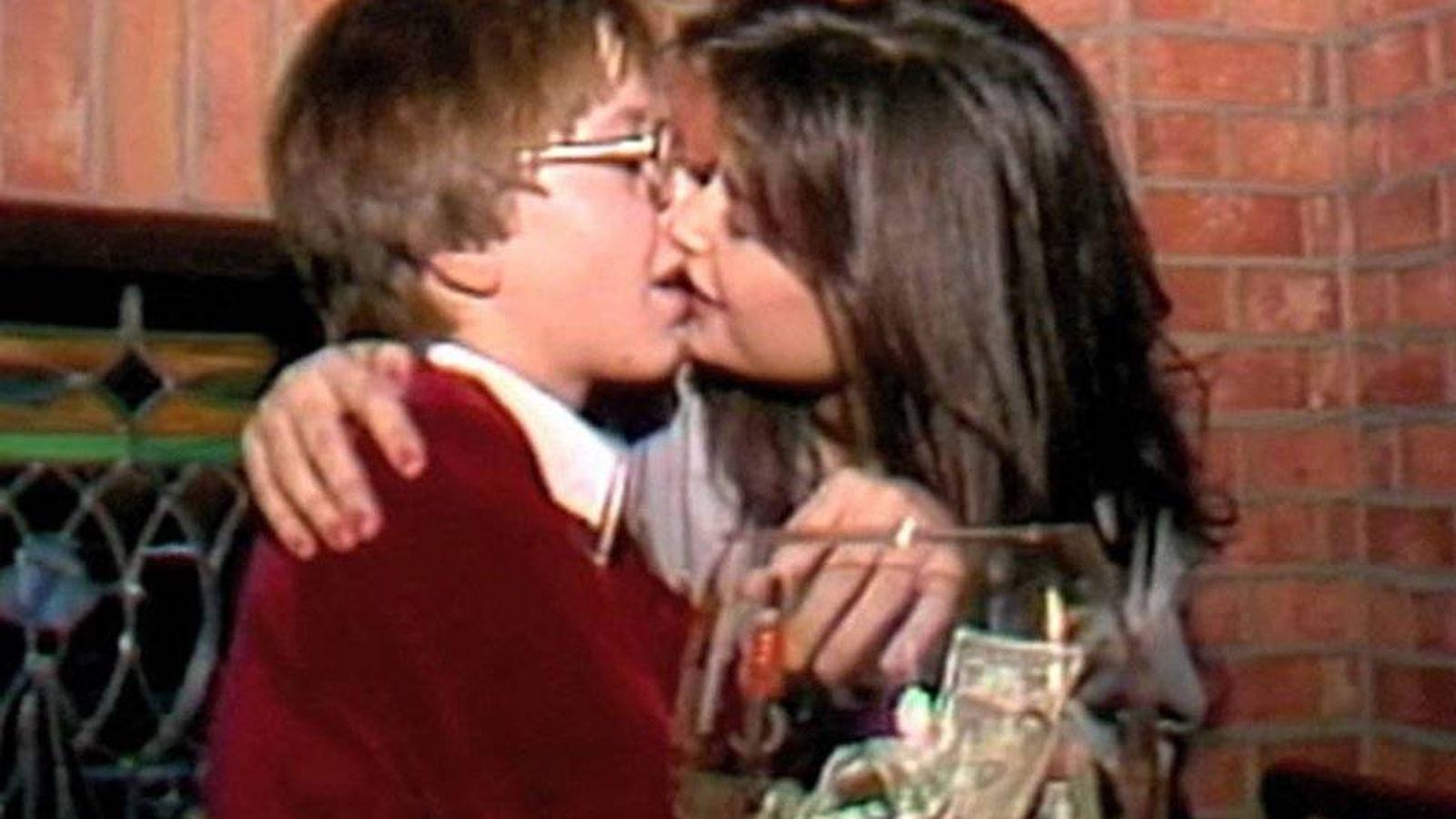 Foto: Demi Moore besando a Philip Tanzini en la boca. Clip del vídeo.
