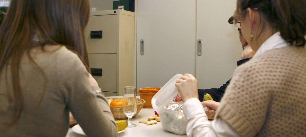 Foto: Varias personas aprovechan para comer en un receso en sus trabajos. (Efe)