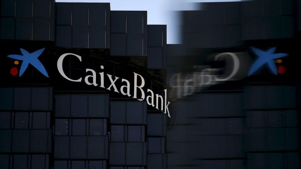 Foto: Reflejo del logo de CaixaBank en la sede de Barcelona. (Reuters)