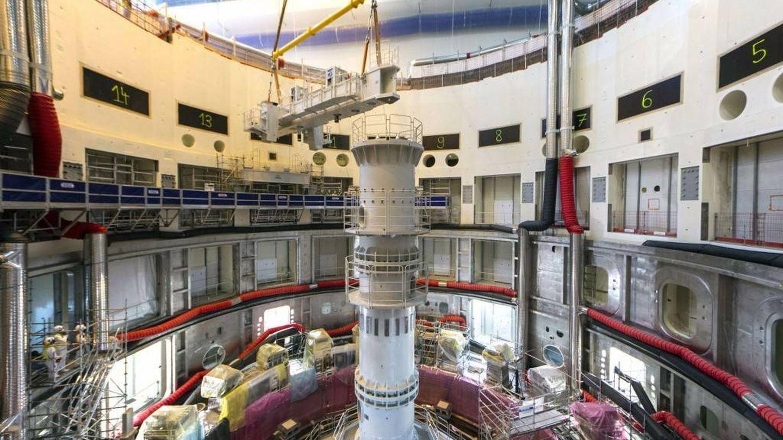 La columna central del pozo del reactor vista desde arriba, con una de las vigas en pleno proceso de ensamblaje