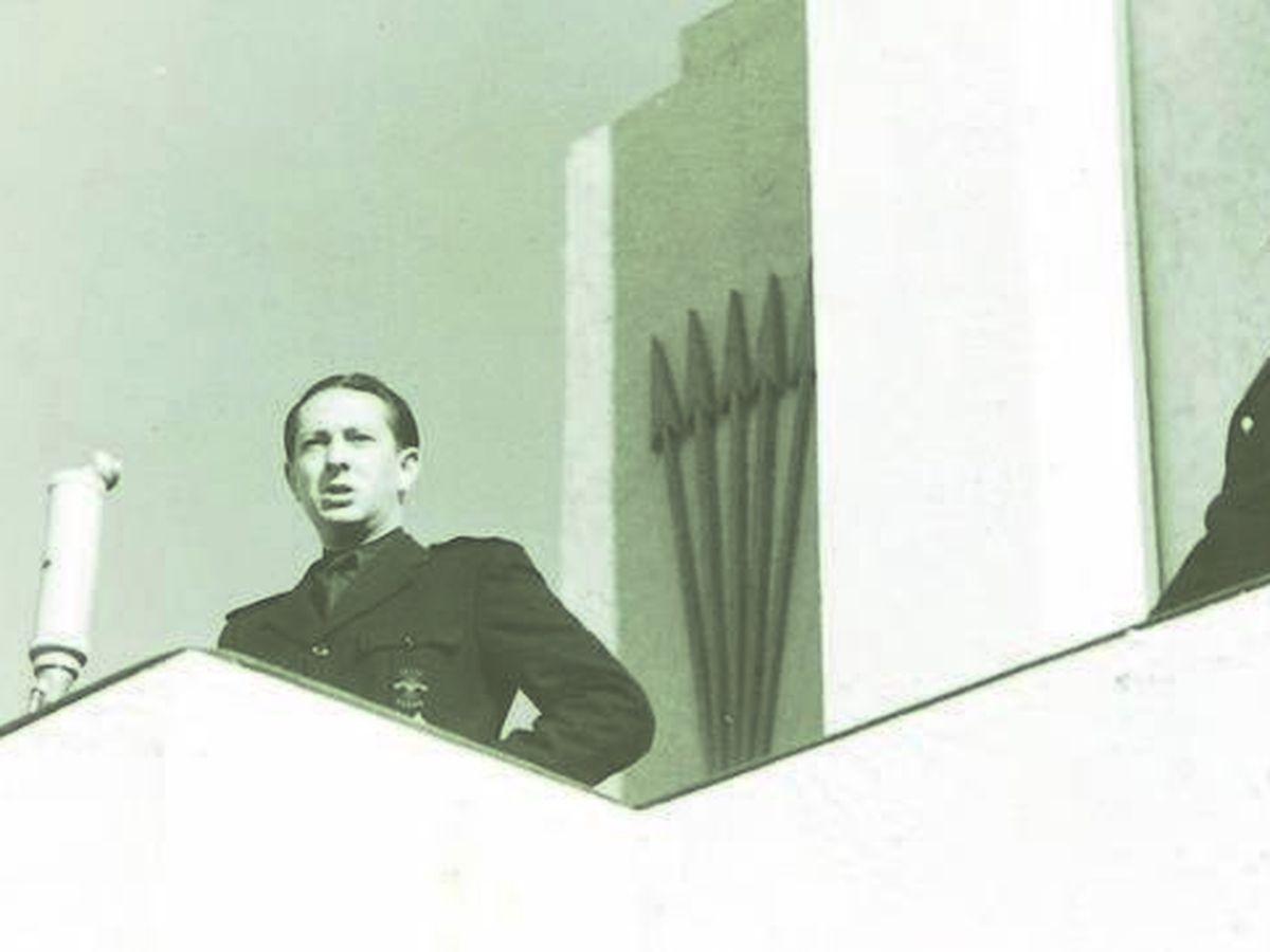 Foto: Dionisio Ridruejo, en un mitin cuando aún era falangista.