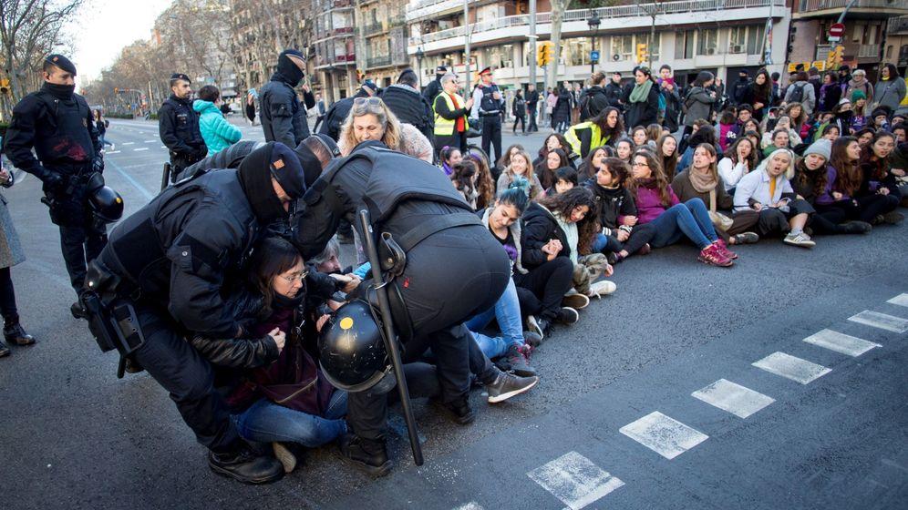 Foto: Mossos d'Esquadra desalojan a un grupo de mujeres que corta la Gran Via de Barcelona. (EFE)