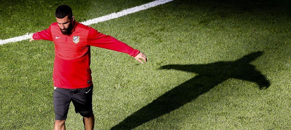 Foto: El mediapunta turco, Arda Turan, durante un entrenamiento del Atlético de Madrid la temporada pasada. (EFE)
