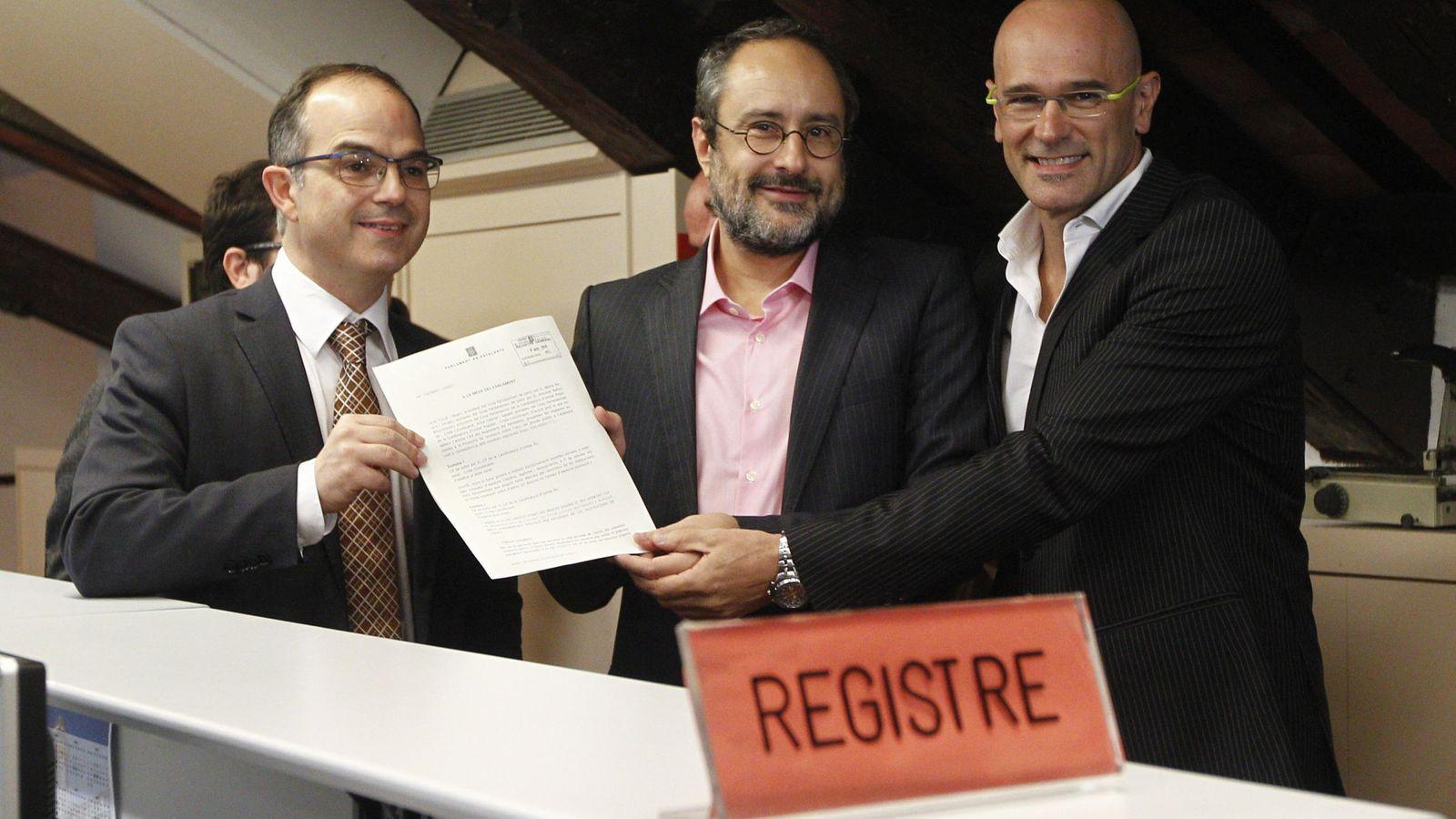 Foto: Raül Romeva (d) y Jordi Turull (i), de Junts pel Sí (JxSí), y Antonio Baños, de la CUP, presentan su propuesta para iniciar el proceso hacia la independencia. (EFE)