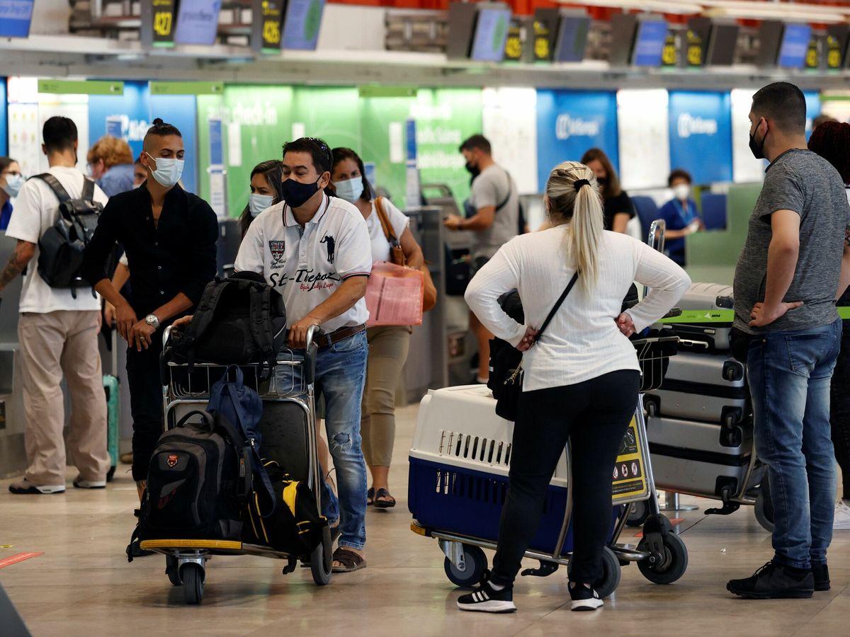 Foto: Pasajeros en el aeropuerto de Madrid Adolfo Suárez Barajas. (EFE)