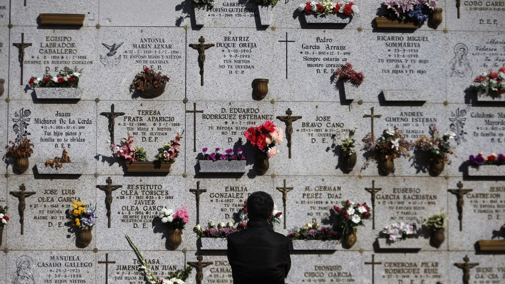 Foto: Una mujer, en el cementerio de la Almudena (Madrid). (EFE)