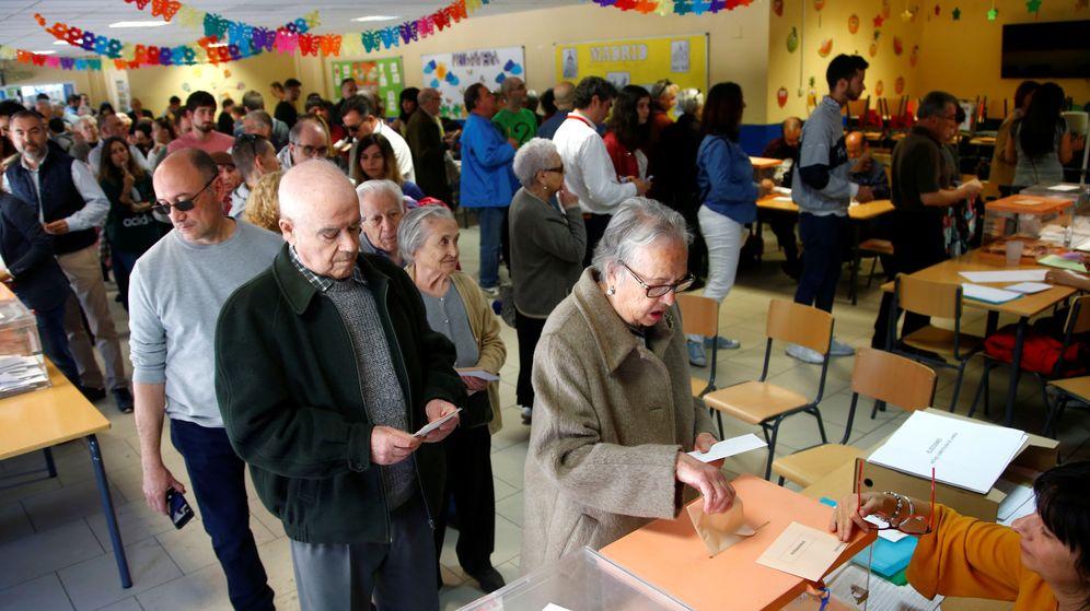 Foto: Un grupo de ciudadanos deposita su voto en las urnas de un colegio electoral. (Reuters)