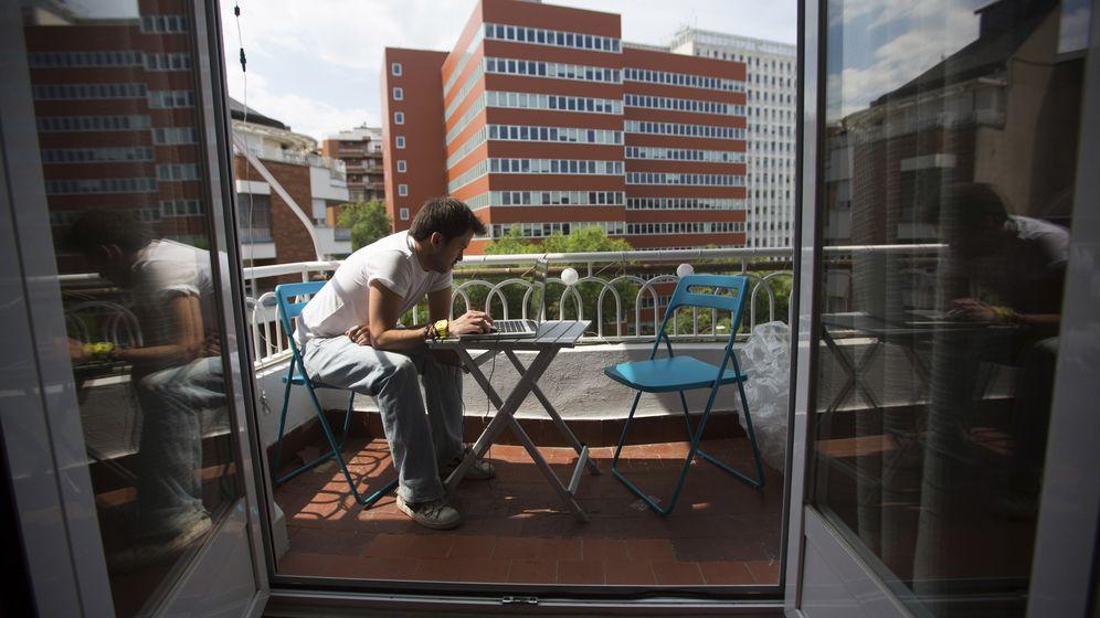Foto: Una persona busca empleo en un periódico en su casa. (Reeuters)