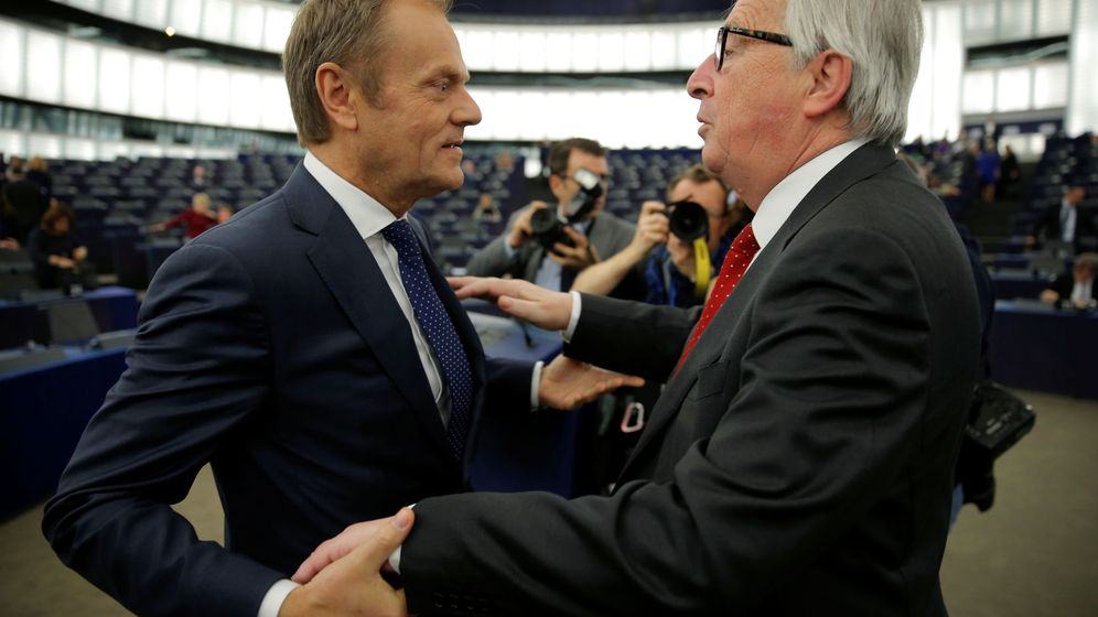 Foto: Tusk se saluda con el presidente de la Comisión Europea en el Pleno de Estrasburgo. (Reuters)