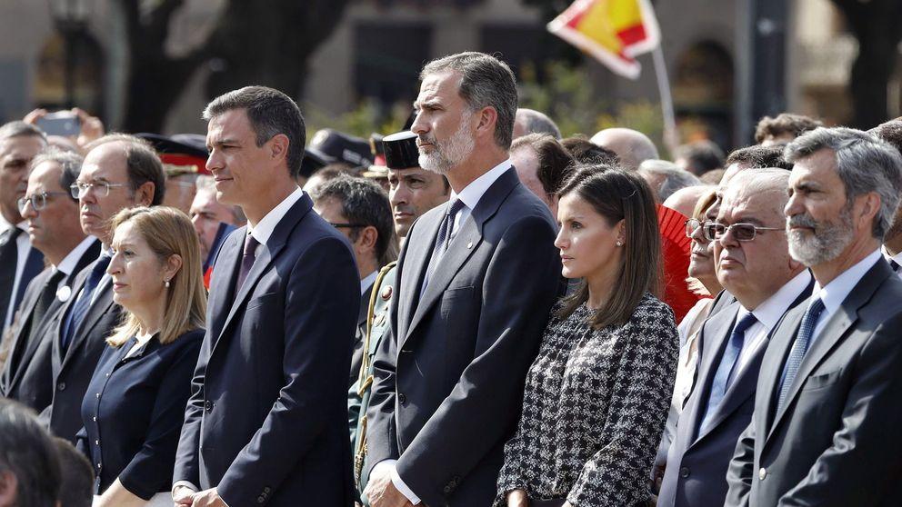 Una Letizia gris y sobria repite Carolina Herrera para el homenaje de Barcelona