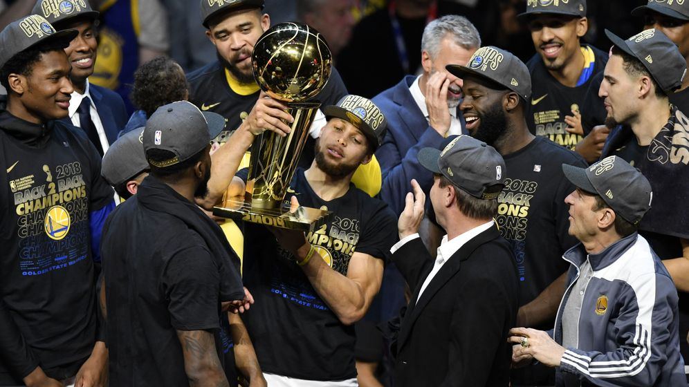 Foto: Stephen Curry levanta el trofeo. (EFE)
