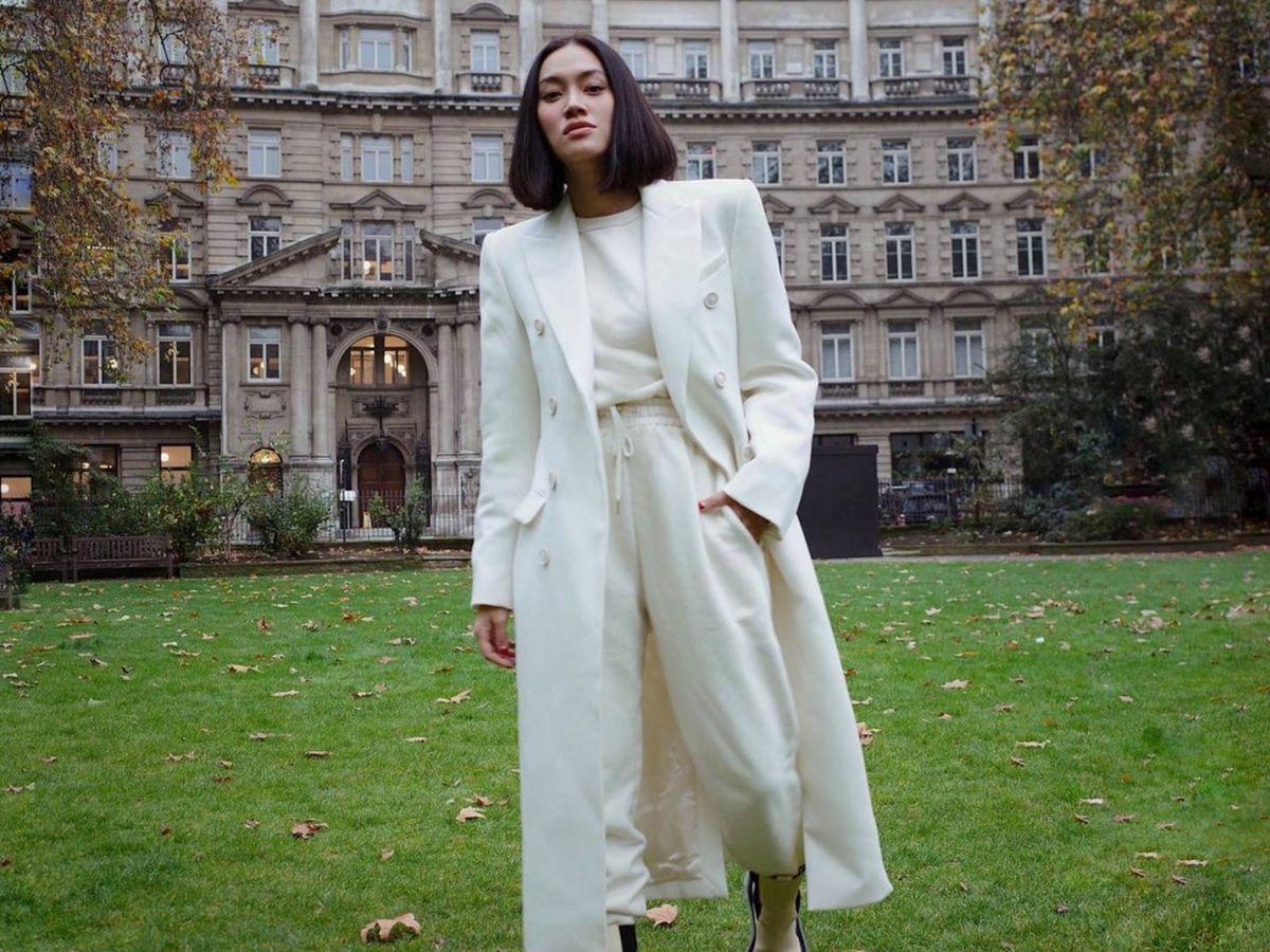 Foto: La prescriptora de moda Tiffany Hsu con un total look blanco. (Instagram @handinfire)