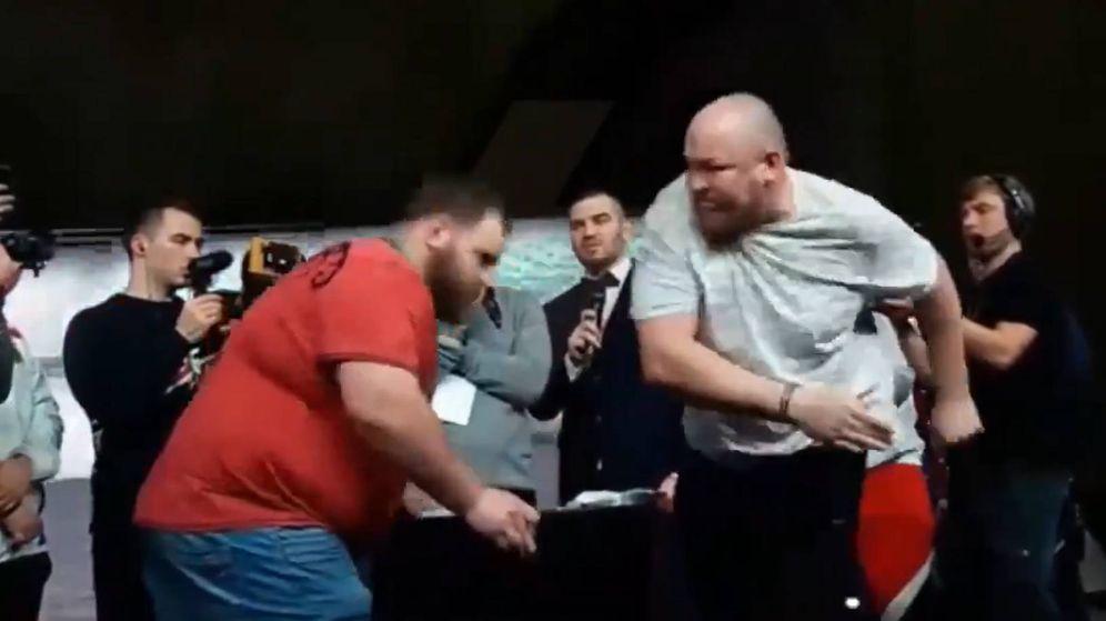 Foto: Vasily Kamotsky no soportó el impacto de Vyacheslav Zezulya, otro ruso que se ha convertido en el nuevo campeón de bofetadas (Foito: Twitter)