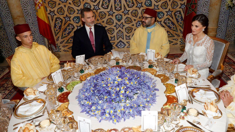 Mulay Hassan sentado junto a Felipe VI. (EFE)