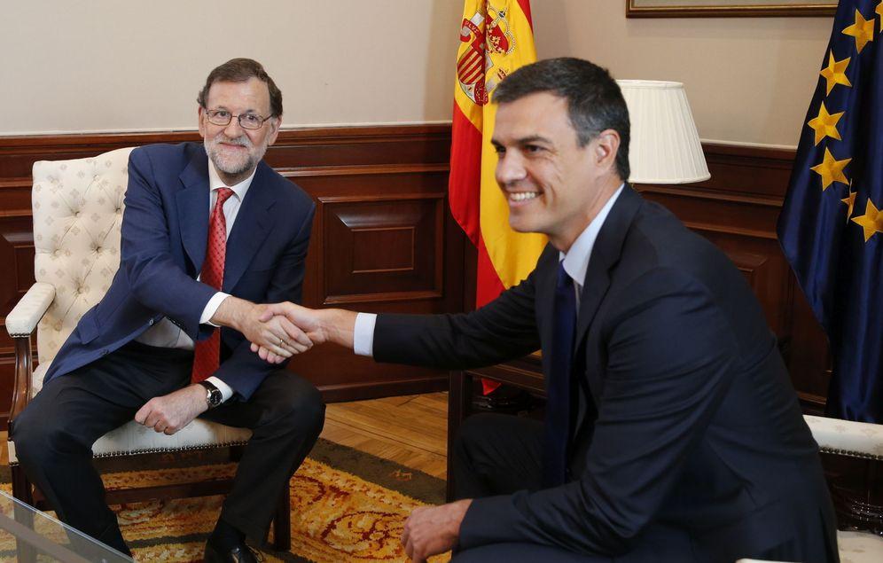 Foto: Mariano Rajoy y Pedro Sánchez se estrechan la mano durante su segunda reunión en el Congreso tras el 26-J, este 2 de agosto. (EFE)
