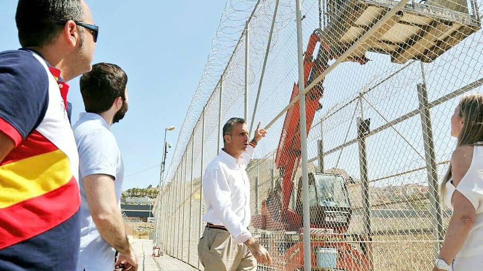Foto: Javier Ortega Smith, secretario general de Vox, visita la frontera de Ceuta. (Vox)