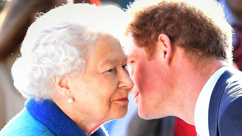 Isabel II y su nieto Harry. (Getty)