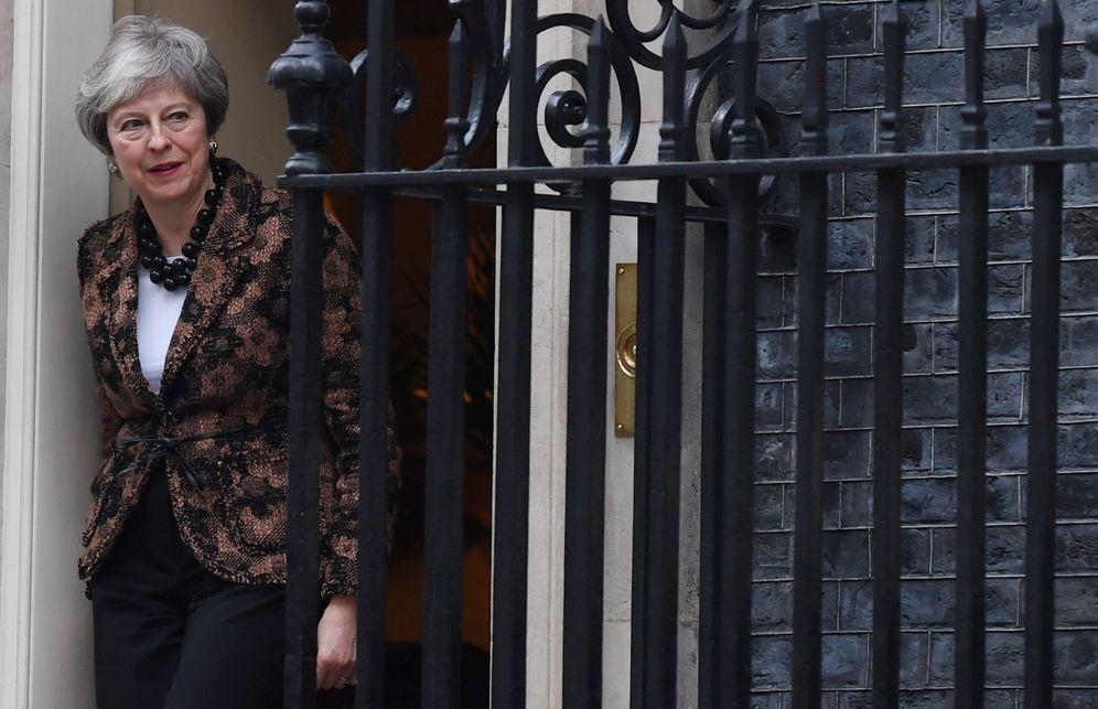 Foto: La primera ministra británica, Theresa May, en la puerta del número 10 de Downing Street, Londres. (EFE)
