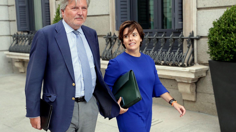 Soraya Sáenz de Santamaría e Íñigo Méndez de Vigo, a su llegada al pleno del Congreso de los Diputados. (EFE)