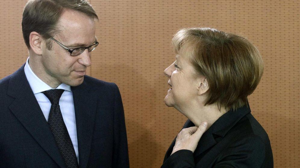 Foto: El presidente del Bundesbank, Jens Weidmann, junto a la canciller alemana Angela Merkel. (Reuters)