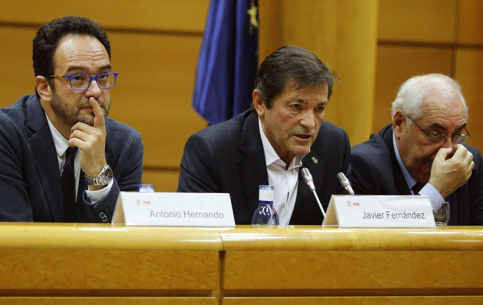 Foto: Javier Fernández, entre los portavoces de Congreso y Senado, Antonio Hernando y Tini Álvarez Areces, este 18 de octubre en la Cámara alta. (EFE)