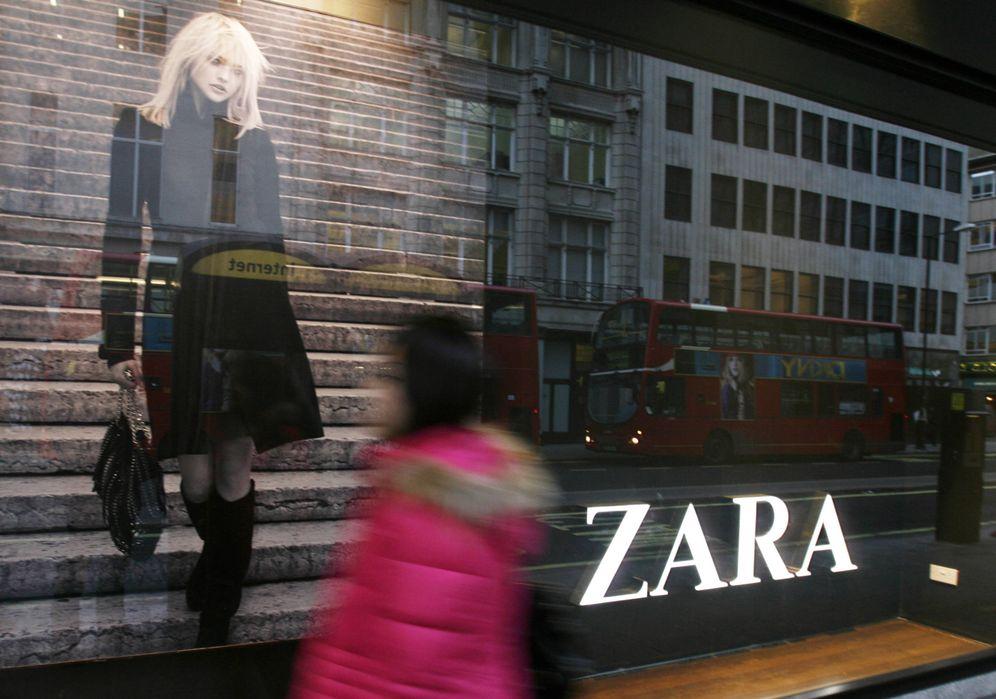Foto: Una mujer pasa delante de un escaparate de Zara en Oxford Street, Londres. (Reuters)