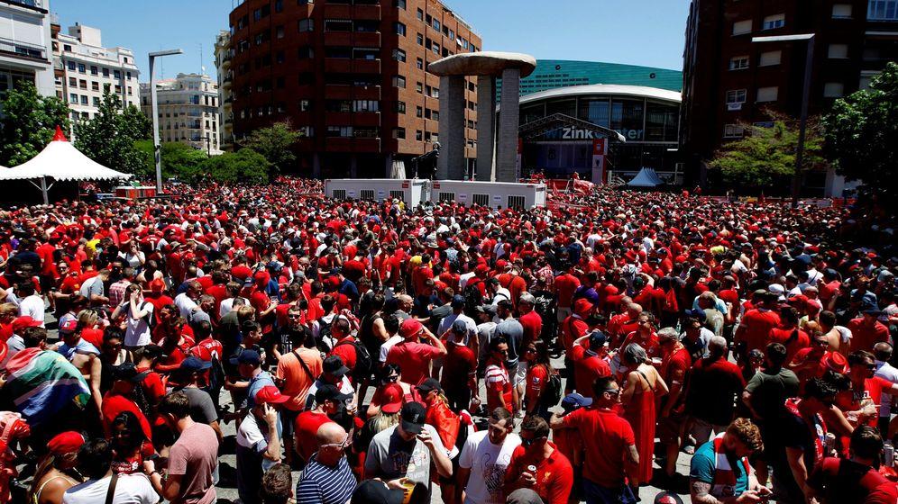 Foto: Aficionados del Liverpool en la fan zone de Madrid. (EFE)