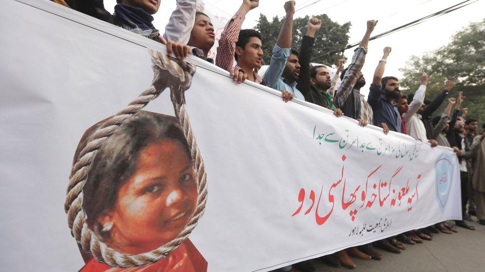 Foto: Personas gritan consignas durante una protesta contra la puesta en libertad de Asia Bibi. (EFE)