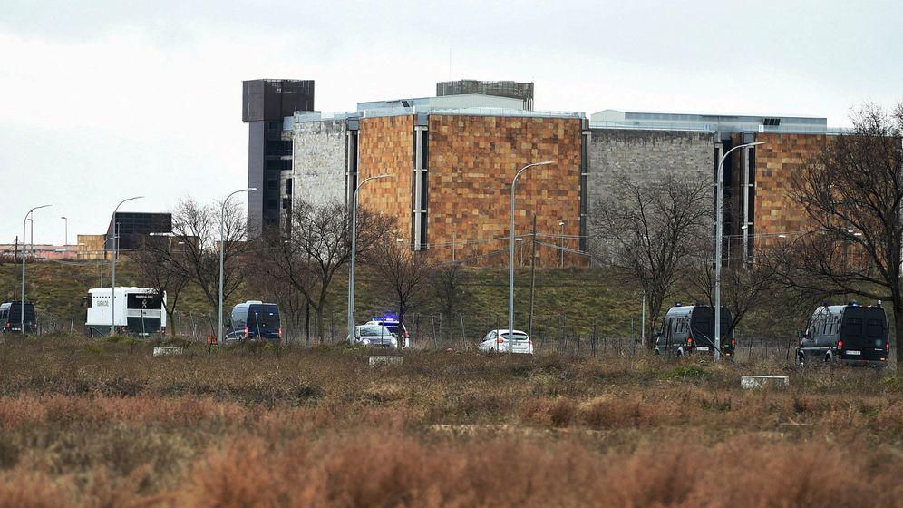 Foto: Llegada del autobús de la Guardia Civil a la cárcel de Alcalá-Meco. (EFE)