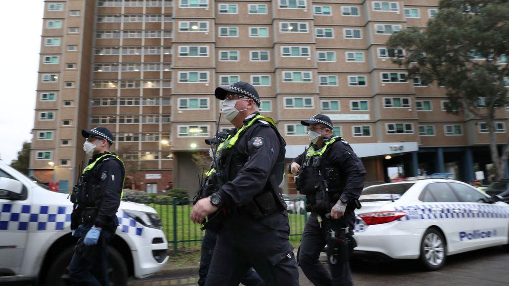 Foto: Agentes de Policía frente a un edificio confinado en Melbourne. (Reuters)