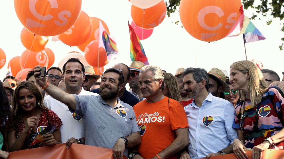Foto: Dirigentes de Ciudadanos participan en la manifestación del Orgullo. (EFE)