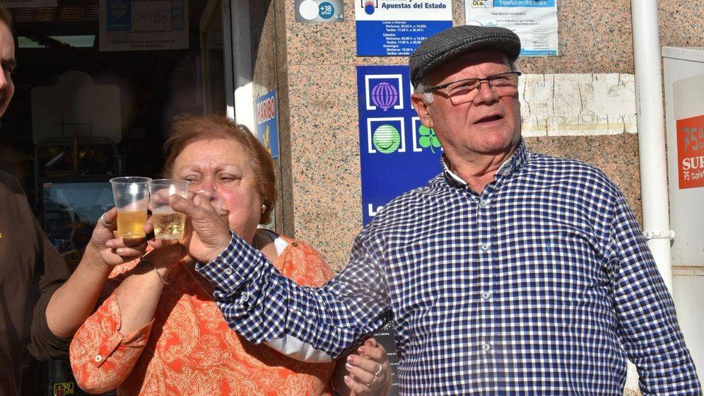 Foto: Pepe y Águeda brindan con champán tras haber ganado el Gordo. (Toñi Guerrero)